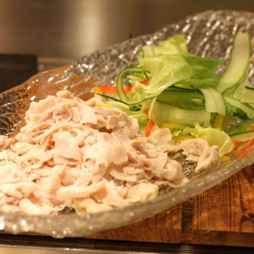 一休掲載|エトワール(第一ホテル東京ホテル)のビュッフェ|豚バラ肉のニンニクソース掛け