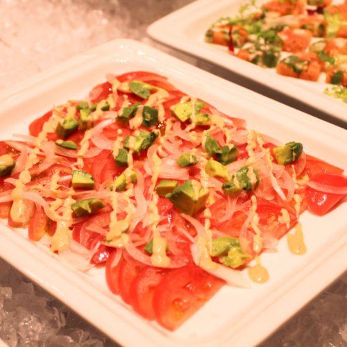 ベルテンポ(ホテルメトロポリタンエドモント)のビュッフェのアボカドとトマトのサラダ