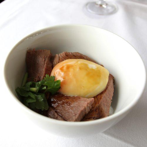 タワービュッフェ(ホテルニューオータニ)のビュッフェのローストビーフ丼