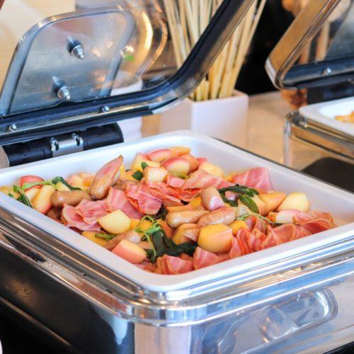シースケープ(ヒルトン東京お台場)のビュッフェのリンゴ・ソーセージ・ベーコンのロースト
