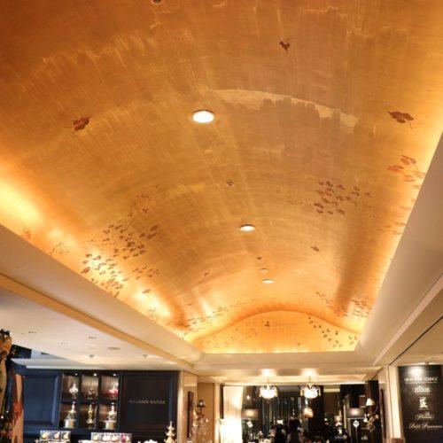 シェフズライブキッチン(インターコンチネンタル東京ベイ)のビュッフェの天井