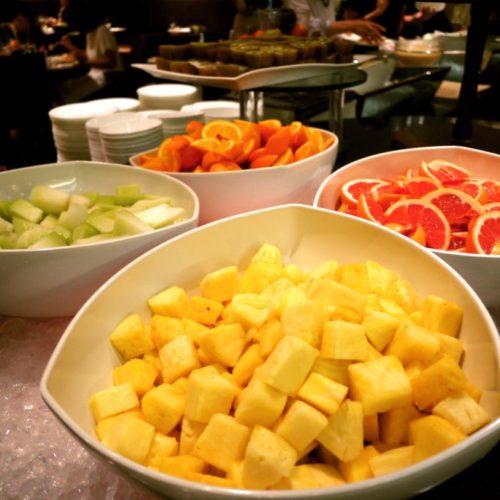 グラスコート(京王プラザホテル)のビュッフェのフルーツ各種