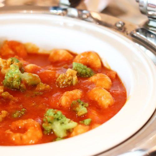 カフェ(ハイアットリージェンシー東京)のビュッフェの海老と野菜のトマトチリソース
