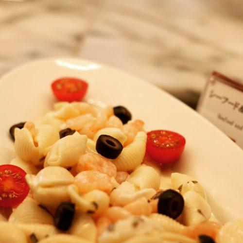 ポルト(東京プリンスホテル)のビュッフェのシーフード&コンキリエのサラダ