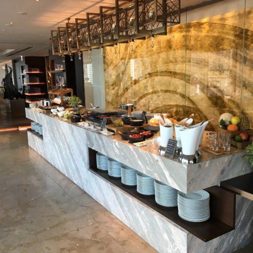 フォーシーズンズホテル丸の内東京の朝食のビュッフェ台