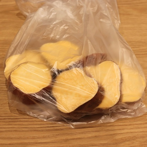 袋に入れた安納芋