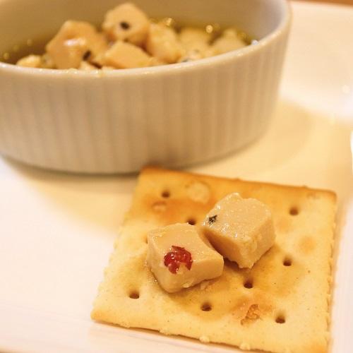 味噌漬け豆腐とクラッカー