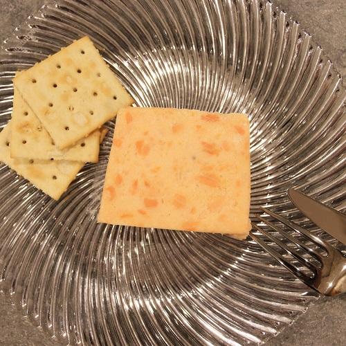 サーモンとクリームチーズのテリーヌとクラッカー