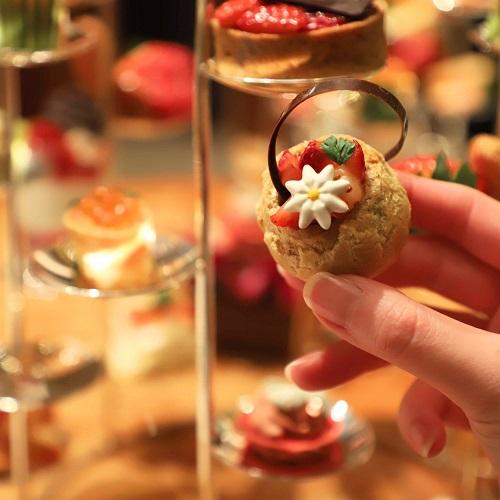 ザ・ペニンシュラホテルの『ストロベリーアフタヌーンティー』ミルクチョコレートクリームと苺のシュー
