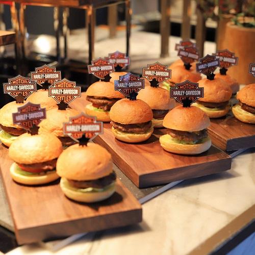 ハレーダビッドソン『肉ビュッフェ』グリロジーのハンバーガー