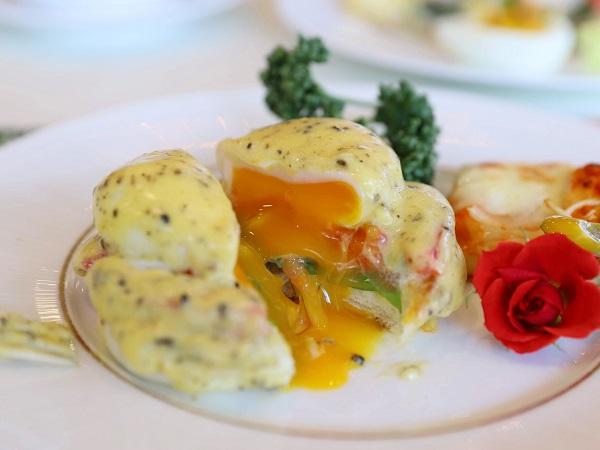アリスのイースター デザート&ランチブッフェ(ホテル インターコンチネンタル 東京ベイ)エッグベネディクト2