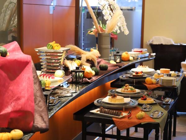 シェラトン都ホテル東京「カフェ カリフォルニア」のデザートブッフェ(ビュッフェ台)