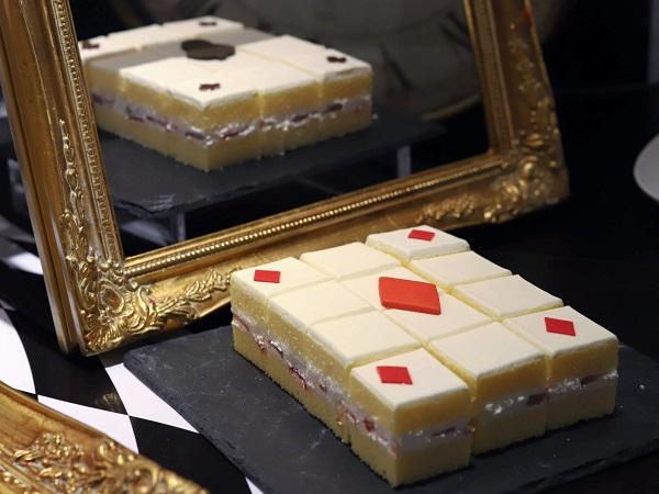 ヒルトン大阪のデザートビュッフェ(トランプの兵隊 ストロベリーショートケーキ)