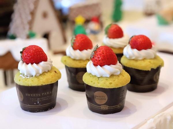 セントレジスホテル大阪のデザートビュッフェ(ストロベリーカップケーキ)