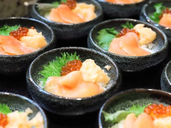 横浜ベイシェラトン「コンパス」のランチブッフェ サーモンといくらの親子丼