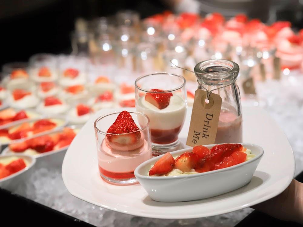 ヒルトン東京「マーブルラウンジ」のいちごスイーツ&ランチビュッフェ|グラスデザート