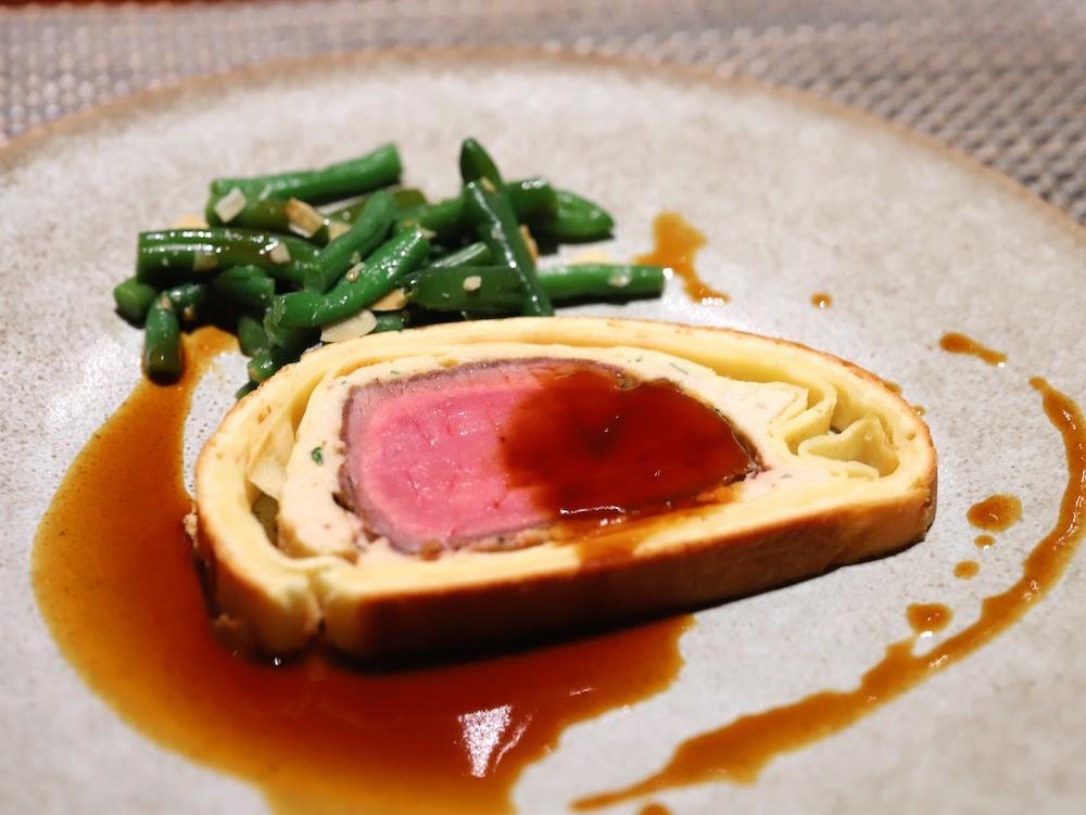 ヒルトン東京「マーブルラウンジ」スイーツ&ディナービュッフェ|ビーフ・ウェリントン(皿盛り)