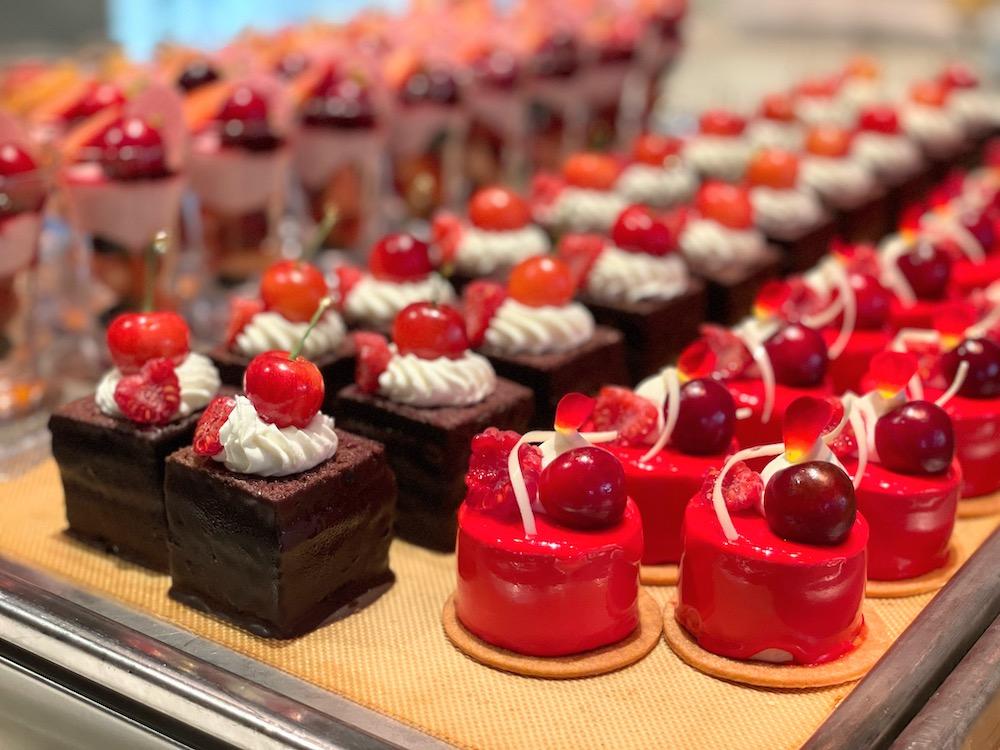 横浜ベイシェラトン「シーウインド」のナイトスイーツビュッフェ チェリーケーキ